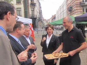 L'Alsace attire en une fois l'Ambassadeur de France, le Consul Général (Sylvain Berger) et le député français pour le Bénélux. Tournée de tarte flambée par le président de l'APA Rémy Bossert